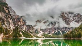 Συναρπαστική λίμνη Pragser Wildsee στους δολομίτες, Ιταλία Στοκ εικόνα με δικαίωμα ελεύθερης χρήσης