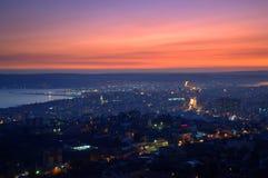 Συναρπαστικός ουρανός πέρα από την πόλη μετά από το ηλιοβασίλεμα Στοκ Εικόνα
