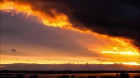 Συναρπαστικό ηλιοβασίλεμα το καλοκαίρι, που βλέπει στην επαρχία στην Πολωνία απόθεμα βίντεο