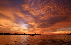 Συναρπαστικό ηλιοβασίλεμα και δραματικός ουρανός Στοκ Εικόνες