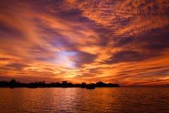 Συναρπαστικό ηλιοβασίλεμα και δραματικός ουρανός Στοκ Εικόνα