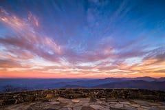 Συναρπαστικό μπλε ηλιοβασίλεμα 2 κορυφογραμμών Στοκ Εικόνες