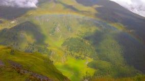 Συναρπαστικό ουράνιο τόξο στα βουνά Στοκ εικόνα με δικαίωμα ελεύθερης χρήσης