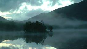 Συναρπαστικό πανόραμα μιας όμορφης ήρεμης λίμνης βουνών απόθεμα βίντεο