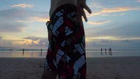 Συναρπαστικό χρόνος-σφάλμα του όμορφου ηλιοβασιλέματος πέρα από τον ωκεανό με το μπλε ουρανό και τη χρυσή επιφάνεια νερού τρισδιά φιλμ μικρού μήκους