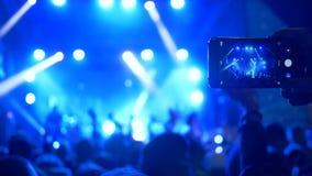 Συναυλία βράχου, βλαστός ακροατηρίων στην κινητή τηλεφωνική απόδοση της μουσικής ομάδας σχετικά με λαμπρά το φωτισμό απόθεμα βίντεο