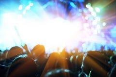 Συναυλία βράχου με τους ανθρώπους σκιαγραφιών στην ευτυχή χειρονομία και τη σταφίδα στοκ εικόνες με δικαίωμα ελεύθερης χρήσης