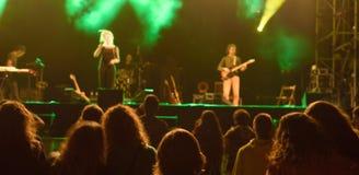 Συναυλία ζωντανής μουσικής τη νύχτα στοκ εικόνες