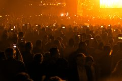 Συναυλία και συσσωρευμένοι άνθρωποι στοκ εικόνα με δικαίωμα ελεύθερης χρήσης