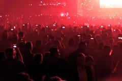 Συναυλία και συσσωρευμένοι άνθρωποι στοκ φωτογραφία με δικαίωμα ελεύθερης χρήσης