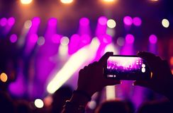 Συναυλία καταγραφής ανεμιστήρων με το κινητό τηλέφωνο στοκ εικόνες