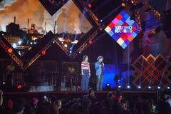 Συναυλία του πρώτου του Μαΐου, της φωτισμένων σκηνής και του κοινού Στοκ Εικόνες