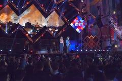 Συναυλία του πρώτου του Μαΐου, της φωτισμένων σκηνής και του κοινού Στοκ Φωτογραφίες