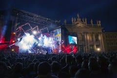 Συναυλία του πρώτου της σκηνήης Μαΐου, φωτισμένη, δημόσιος και squar Στοκ εικόνα με δικαίωμα ελεύθερης χρήσης