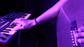 Συναυλία βράχου - δώστε στο πιάνο και μετά από στην κιθάρα του τραγουδιστή απόθεμα βίντεο