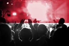 Συναυλία ζωντανής μουσικής με το συνδυασμό της σημαίας του Μονακό στους ανεμιστήρες στοκ φωτογραφία με δικαίωμα ελεύθερης χρήσης