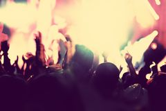 Συναυλία, κόμμα disco Άνθρωποι με τα χέρια επάνω στη λέσχη νύχτας Στοκ Φωτογραφίες