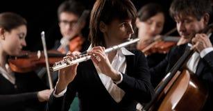 Συναυλία κλασικής μουσικής: κινηματογράφηση σε πρώτο πλάνο φλαουτιστών στοκ εικόνες