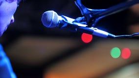 Συναυλία στη λέσχη τζαζ - ο μουσικός τραγουδά στο φωνητικό μικρόφωνο απόθεμα βίντεο