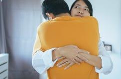 Συνδέει τους ασιατικούς λαούς που αγκαλιάζουν στην καλή και ρομαντική στοκ εικόνες με δικαίωμα ελεύθερης χρήσης