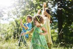 Συνδέοντας έννοια ευτυχίας δραστηριότητας οικογενειακού ελεύθερου χρόνου στοκ εικόνα