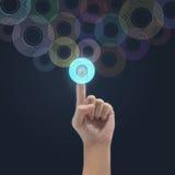 Συνδέοντας διαπροσωπεία κουμπιών επιχειρηματιών στοκ φωτογραφίες