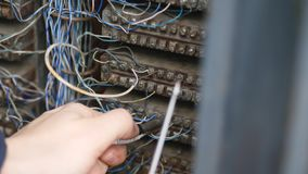 Συνδέοντας καλώδια τηλεφωνική μετατροπή φιλμ μικρού μήκους