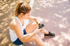 Συνδέοντας κινητό τηλέφωνο αθλητριών στο έξυπνο ρολόι Στοκ εικόνα με δικαίωμα ελεύθερης χρήσης
