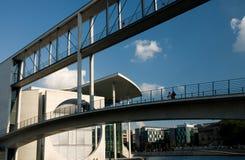 Συνδέοντας κτήρια διάβασης πεζών Στοκ εικόνες με δικαίωμα ελεύθερης χρήσης