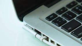 Συνδέοντας φορτιστής μπαταριών στο lap-top, τις τεχνολογίες υπολογιστών και τη συντήρηση απόθεμα βίντεο