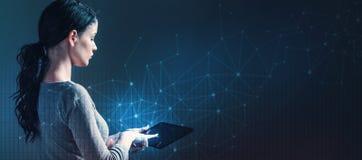 Συνδέσεις τεχνολογίας με το πλέγμα με τη γυναίκα που χρησιμοποιεί μια ταμπλέτα στοκ εικόνα
