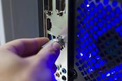 συνδέστε με το καλώδιο Διαδικτύου δικτύων υπολογιστών καλώδιο από το  στοκ φωτογραφία