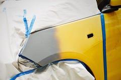 Συνδέστε το έγγραφο με το αυτόματο χρώμα επισκευής εργασίας σωμάτων αυτοκινήτων γκαράζ χρωμάτων ψεκασμού μετά από το ατύχημα κατά Στοκ Φωτογραφίες