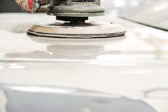 Συνδέστε το έγγραφο με το αυτόματο χρώμα επισκευής εργασίας σωμάτων αυτοκινήτων γκαράζ χρωμάτων ψεκασμού μετά από το ατύχημα κατά Στοκ Εικόνες