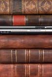 συνδεδεμένο βιβλία δέρμα lap-top παλαιό Στοκ Εικόνες
