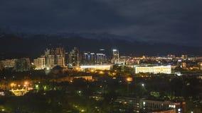 συνδετήρας ταινιών κινηματογράφων 4k Timelapse της ανατολής ηλιοβασιλέματος πόλεων του Αλμάτι σε ένα υπόβαθρο των χιονοσκεπών βου απόθεμα βίντεο