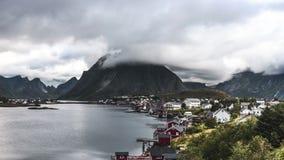 συνδετήρας ταινιών κινηματογράφων 4k Timelapse της κίνησης τις καμπίνες των σύννεφων πέρα από του παραδοσιακού νορβηγικού ψαρά, r φιλμ μικρού μήκους