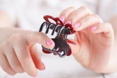 Συνδετήρας τρίχας στο θηλυκό χέρι στοκ φωτογραφίες με δικαίωμα ελεύθερης χρήσης