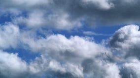 Συνδετήρας χρονικού σφάλματος των άσπρων χνουδωτών σύννεφων πέρα από το μπλε ουρανό φιλμ μικρού μήκους
