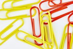 Συνδετήρες γραφείων χρώματος Υπόβαθρο γραφείων στοκ εικόνες