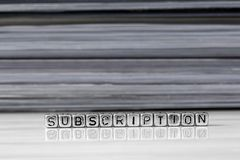Συνδρομή στις χάντρες με τα περιοδικά που συσσωρεύονται στο υπόβαθρο στοκ φωτογραφίες με δικαίωμα ελεύθερης χρήσης