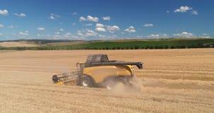 Συνδυάστε την εργασία στο γεωργικό τομέα συγκομιδών, εναέρια άποψη κηφήνων φιλμ μικρού μήκους