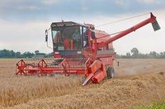 συνδυάστε cornfield την εργασία Στοκ φωτογραφία με δικαίωμα ελεύθερης χρήσης