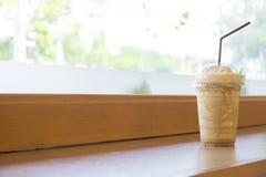 Συνδυασμένος καφές που συσκευάζεται στο πλαστικό γυαλί στοκ εικόνα με δικαίωμα ελεύθερης χρήσης