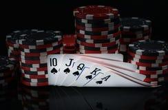 Συνδυασμοί νίκης καρτών στο υπόβαθρο των τσιπ για το πόκερ παιχνιδιού Στοκ φωτογραφία με δικαίωμα ελεύθερης χρήσης
