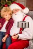Συνεδρίαση Άγιου Βασίλη στην πολυθρόνα με το παιδί στο γόνατο στοκ φωτογραφίες με δικαίωμα ελεύθερης χρήσης