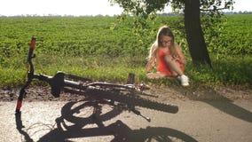 Συνεδρίαση έφηβη στο δρόμο μετά από τη συντριβή ποδηλάτων απόθεμα βίντεο