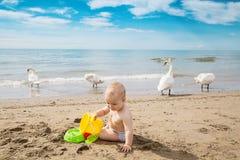συνεδρίαση αγοράκι στην παραλία στοκ εικόνες