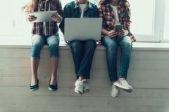 Συνεδρίαση ασύρματης τεχνολογίας χρήσης παιδιών σε Windowsill στοκ εικόνες με δικαίωμα ελεύθερης χρήσης