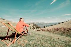 συνεδρίαση ατόμων σε μια πράσινη αιώρα στοκ φωτογραφίες με δικαίωμα ελεύθερης χρήσης